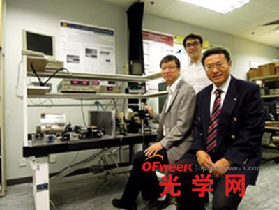 中大电子工程学系系主任曾汉奇教授、电子工程学系教授许建斌教授(前排左起)及博士后研究员程振洲博士(后排)。註:团队另一主要成员为王肖沐博士。