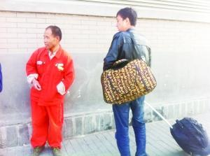 游客正在向李景昂问路。