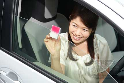 """紫外线测试仪上半部分受阳光直射变成了红色,而被汽车钢化玻璃""""UV Verre Premium""""遮挡的下半部分基本上没有变色。"""