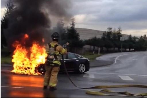 特斯拉碰撞起火事故现场