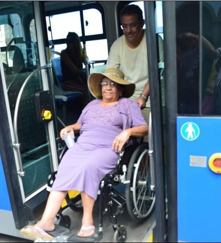 82岁高龄轮椅老人成为当地首位乘客