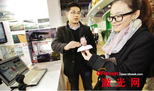2012年12月21日,北京,在第七届中国北京国际文化创意产业博览会上,一位工作人员在介绍3D打印。