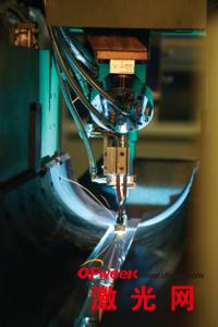 TSL 2.5-25系统中,激光正在焊接两块金属板
