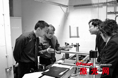 林学春研究员(左一)与国外同行开展学术交流