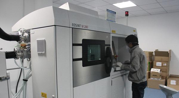先临三维员工正在操作3d打印设备营改增装修设计飞税率图片