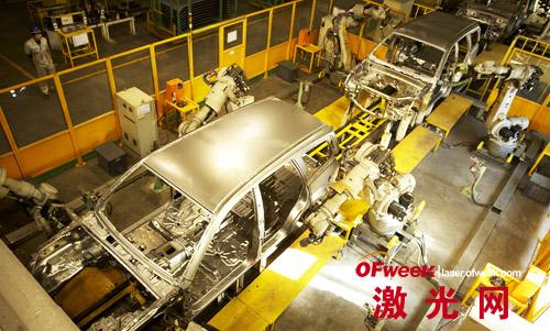 汽车生产线上的机器人焊接