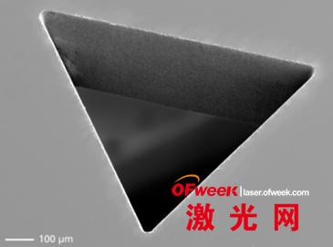 激光加工的蓝宝石微结构的扫描电镜图像