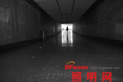 照明灯全熄 蔡家嘴地下通道行人摸黑一周