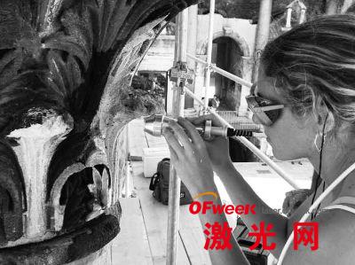 文物保护者使用激光清洗戴克里先宫石柱上的污垢