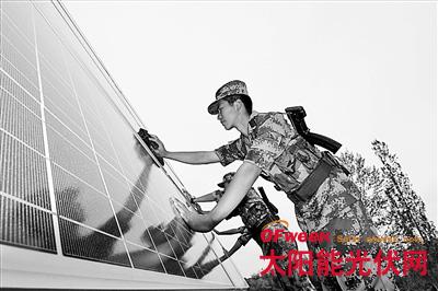 塔城军分区边防官兵在巡逻途中维护太阳能设备