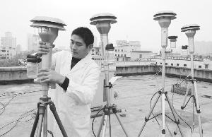 工作人员在调整PM2.5监测设备