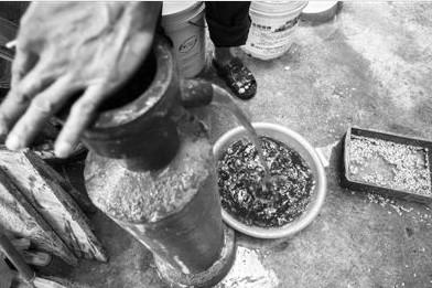 砷一般不会出现在地表水中,而是来自地层里的地下水。我国干旱地区手压井的取水方式容易抽取到砷污染的水