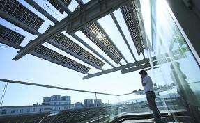 铺满太阳能面板的大学学院楼