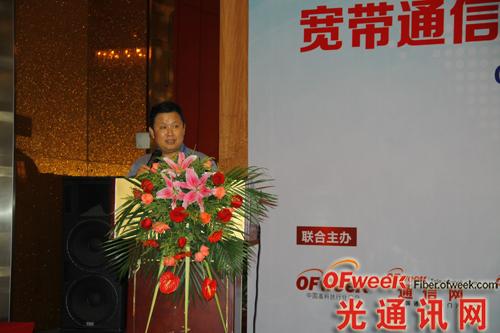 本次会议主持,华中科技大学教授,下一代互联网接入系统国家工程实验室主任、光学与电子信息学院学术委员会主任:刘德明先生
