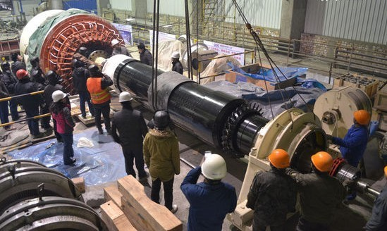 兵团二师首个电源项目金川热电1号机转子穿装就位(图)
