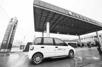 一辆纯电动汽车驶入金华东关电动汽车充换电站