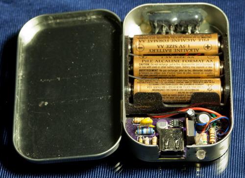 便捷充电器 用5号电池给手机充电