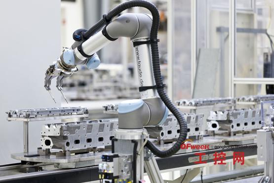"""图解:与工作人员密切合作:专为生产中协同工作设计的丹麦机器人。   KBM直驱电机   前景   最终,同步伺服电机安静的操作和高品质的控制确保了机器人也可用于处理应用之外的应用。到目前为止,UniversalRobots的重点仍是将机器人作为执行简单任务的工具。""""因此,我们不与处理更复杂任务的机器人制造商直接竞争,相反,我们为辛苦、单调的手工劳动节省了人力,""""stergaard强调到。虽然已有丹麦欧登塞市的公司已开发了不含不可控的震荡和振动的轻质结构,但是,也有新的应用可能"""