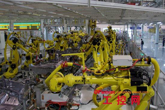 """由于不同类型的机器人规模、形态不一,在广州数控机器人生产车间,机器人测试、部位组装还需要通过人力来实现。""""工业机器人应用理想的状态是,一个车间可以没有产业工人,由机器人与机床联机、与上位生产管理系统联系,实现整个车间数字化生产。""""蒋米仁告诉记者,这是广州数控正在努力的目标,也是中国制造的未来发展方向。"""