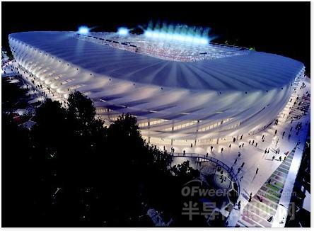分隔开来,设计师在体育场周围设置了树冠高度的人行通道,通道如彩带般