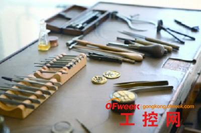 瑞士传统的手工钟表装配工作台