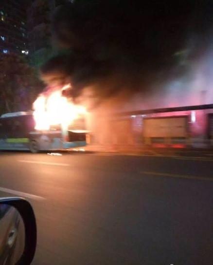 深圳一辆公交车起火 无人员伤亡