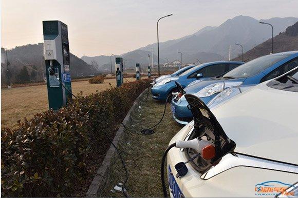 """新能源车""""一桩难求"""" 快速慢充是王道"""
