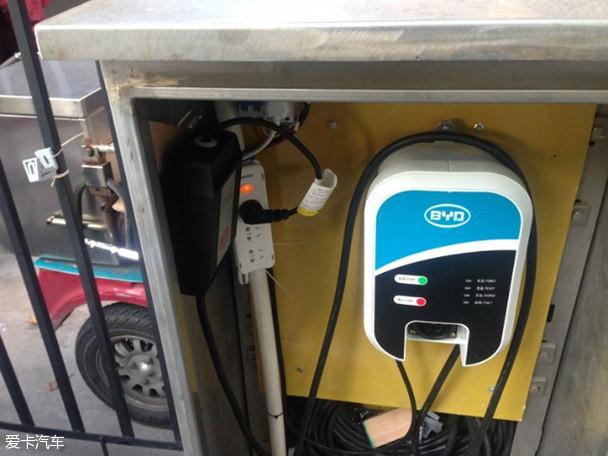 有两种比亚迪充电桩可供用户选择,一种是7kW的家用充电桩,该充电桩使用的是220V电压,充电时间在10小时左右。采用民用电价来计费,结算方式参照家庭用电。另一种是40kW高压充电桩,该充电桩使用380V电压,在2小时左右就可以将电池充满。比亚迪可以免费提供7kW的家用充电桩,如果用户选择40kW高压充电桩,自己需要花6000元来购买。