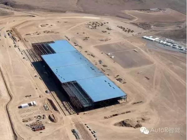 OFweek锂电网讯 7月29日,下午特斯拉在美国举办超级电池工厂Gigafactory的揭幕典礼,1500 多人聚集在内华达沙漠,有的人甚至从德国和挪威赶来,这不是一个国际巨星要在沙漠中开演唱会,这些人来到这里,为的是参加特斯拉超级电池工厂的开幕。