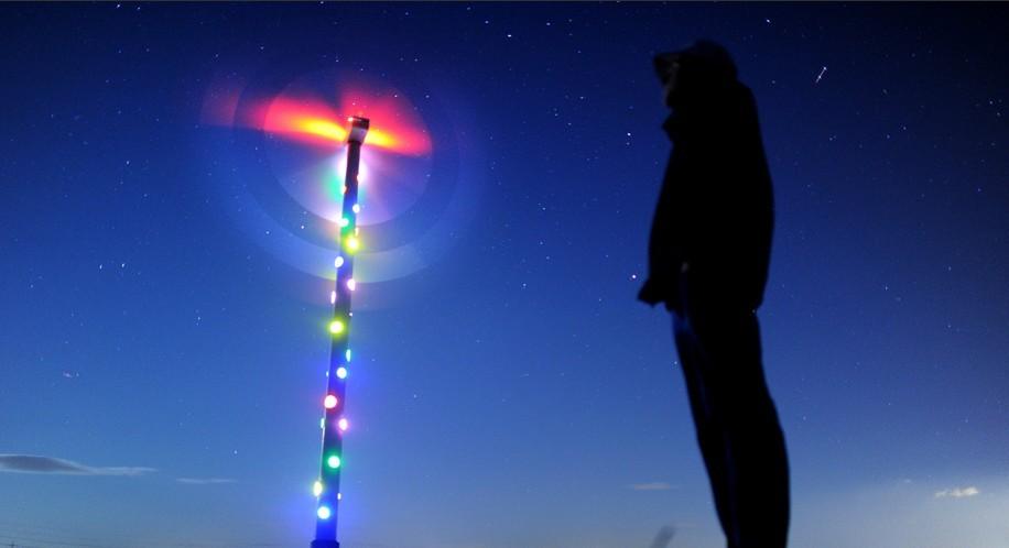 9月5日,在德国北部城市汉诺威,一名男子站在一座装配了LED灯的风力发电机前。这套LED灯光装置由法国艺术家帕特里克·雷诺设计,在2000年汉诺威世博会时亮相。根据设计原理,LED彩灯的能源由风力发电机提供,并且风力越大,LED灯光越亮。