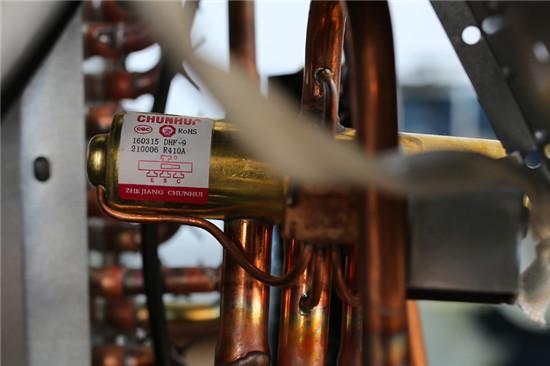 采用浙江春晖生产的四通阀,四通换向阀是热泵空调器中的关键部件.图片