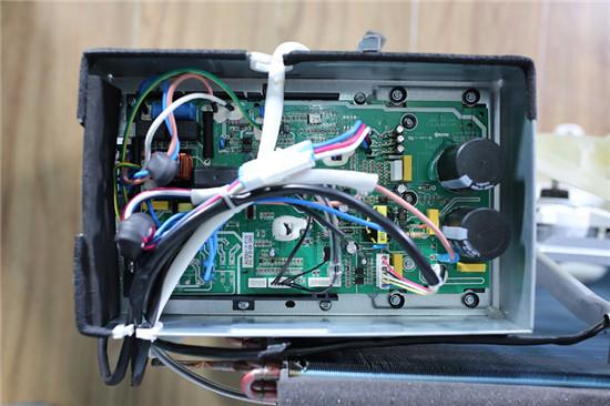 空调,电路板采用正置的传统设计,主控芯片配有白色防水胶,连接线采用