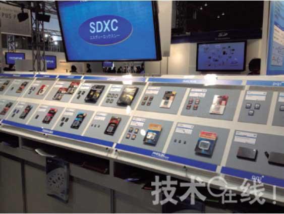 """2012年2月举行的""""CP+2012""""上,SDA的展台展出无线LAN SD卡"""