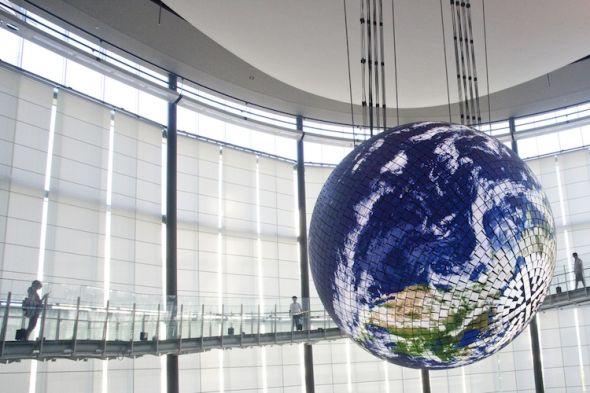 """如果你前往日本东京,别忘了去参观一下""""未来科学馆"""",就在去年年中,这里揭幕了全世界首个大型OLED显示屏"""