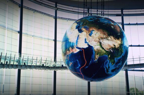 """尽管名叫""""Geo-Cosmos"""",但这并非一般的地球仪,它几乎能实时显示我们这颗星球上正在发生的一切!"""