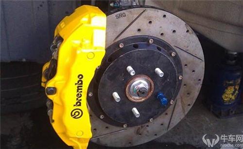 为什么汽车的前轮卡钳在刹车盘后,后轮在刹车盘前?