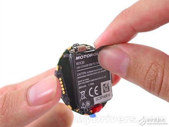 电池电压3.8V,容量300mAh,算下来就是1.1Wh,作为对比参见三星Gear Live电池3.8V,300mAh,1.14Wh;LG G Watch电池3.8V,400mAh,1.5Wh。   摩托罗拉宣传Moto 360的电池容量为320mAh,但实际上只有300mAh,对此摩托罗拉表示目前的技术似乎只能做到这么大,但他们会尽可能的让其电池容量达到标称的320mAh。