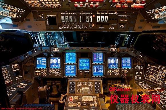 """这组名为《太空舱》的照片集清晰地向人们展示了""""奋进""""号、""""亚特兰蒂斯""""号和""""发现""""号三艘航天飞机的驾驶舱,以及航天员们是如何与这些高科技设备打交道的。在每一个飞船的驾驶舱四周,都有数不清的操纵杆、开关按钮、仪表和屏幕,航天员们需要熟悉其中每一个操纵装置的功能,才能保证飞船正常运行。"""