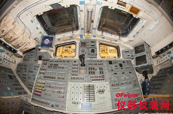 在每一个飞船的驾驶舱四周,都有数不清的操纵杆,开关按钮,仪表和屏幕