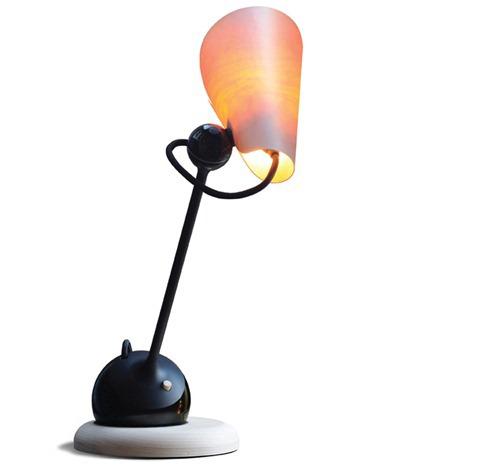 整个台灯有680mm高,台灯材质使用木材和金属两种强烈对比,桦木的实木